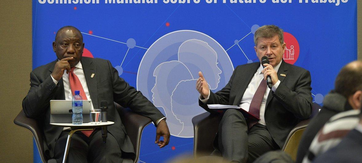 Mkurugenzi Mkuu wa ILO Guy Ryder (kulia) akiwa na Rais wa Afrika Kusini, Cyril Ramaphosa, wakati wa uzinduzi wa ripoti hiyo huko Geneva, Uswisi hii leo 22 Januari 2019.