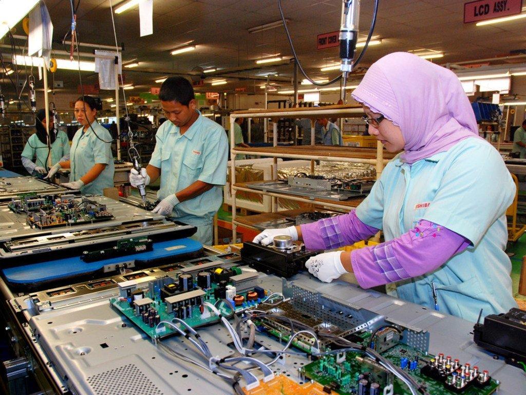 东芝消费品工业公司的工人。印度尼西亚贝卡西茨卡兰工厂的工人在组装电子产品。