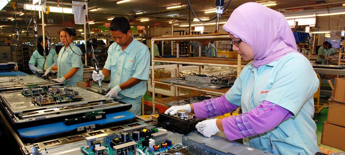 Trabajadores ensamblan productos electrónicos en Bekasi, Indonesia.