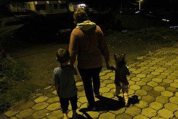 Rebeca abandonó Venezuela con sus hijos para reunirse con su esposo Jonathan en Tulcán, Ecuador, donde trabaja en un bar donde gana 3 dólares al día.