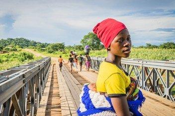 l'ONU s'inquiète de violence contre les femmes au Malawi. Ici Jiran se rend avec son bébé au centre de santé Lugola à Chikulo
