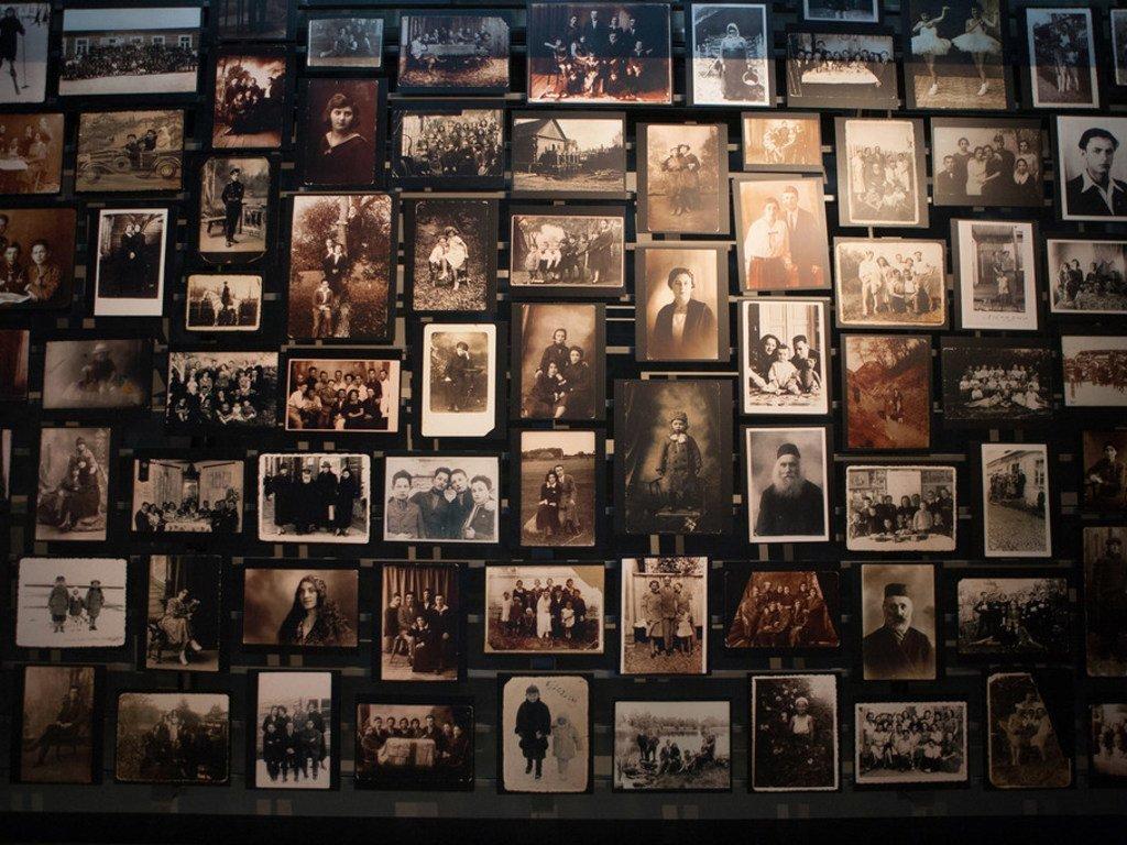 Gros plan sur des portraits du Musée américain de l'Holocauste.