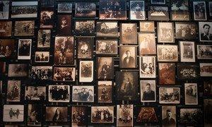 Fotografias de vítimas no Museu Memorial do Holocausto dos Estados Unidos, em Washington
