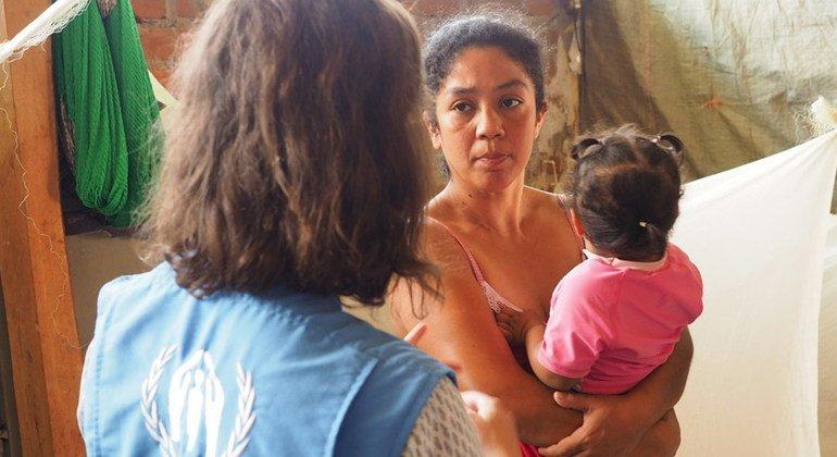 Cuando esta familia venezolana llegó a Tumbes, Perú, fueron recibidos con los brazos abiertos. Han encontrado un nuevo hogar en la casa de una familia peruana que les ha ofrecido un cuarto.
