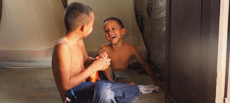 Una familia de venezolanos ha encontrado un nuevo hogar en Tumbes, Perú, gracias a la solidaridad local. Aquí dos niños juegan en el albergue en el que viven.