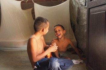 委内瑞拉的一个家庭在秘鲁的通贝斯(Tumbes)安了新家。在这里,两个孩子在他们居住的临时住所里玩耍。