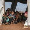أطفال في خيمة مدرسية في شمال إدلب، سوريا. حرمتهم الأوضاع الإنسانية من الصحة والتغذية والمياه والصرف الصحي والتعليم وجميع الاحتياجات الأساسية.