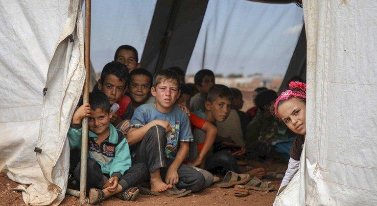 В Идлибе школьные занятия для детей из семей внутренних переселенцев проходят в палатках