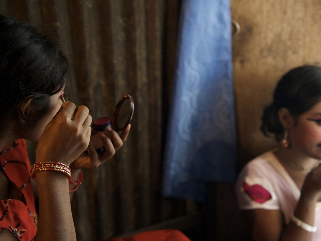 Deux filles se maquillent à Kandapara, un bordel de la ville de Tangail, au Bangladesh. Un homme leur a proposé de leur trouver du travail, mais les a vendues à Kandapara. (2009)