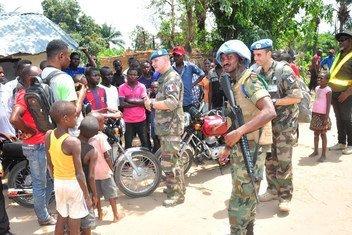 Oficiales de la MONUSCO comparte con jóvenes de Yumbi, donde enfrentamientos entre las comunidades Batende y Banunu causaron la muerte de cientos de personas.