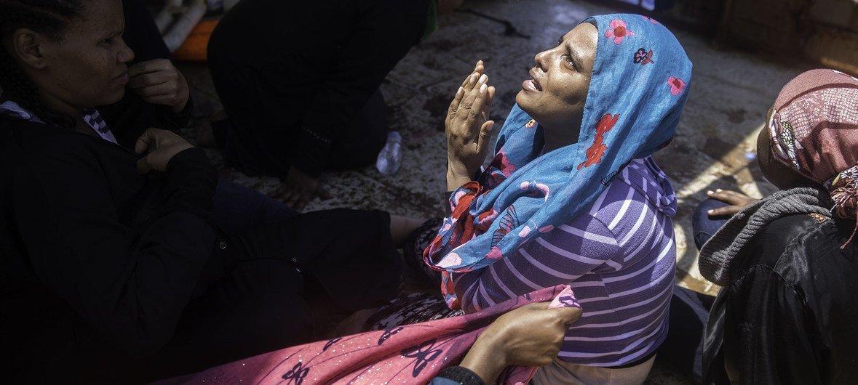 Una mujer etiope reza minutos después de ser rescatada en aguas de Libia.