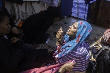 Une Ethiopienne prie quelques minutes après avoir été secourue par le navire Sea Watch, au large de la Libye.