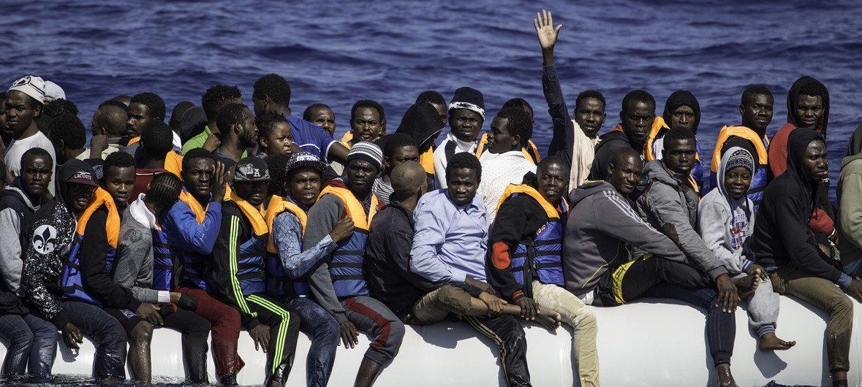 这些来自非洲各地的难民和移民正在利比亚海域等待救援。