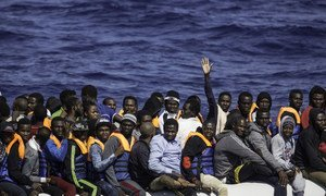 Sur cette photo d'archives, des réfugiés et migrants africains attendent d'être secourus par un navire au large de la Libye.