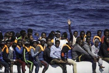 Una embarcación con refugiados y migrantes africanos a la espera de ser rescatados por el barco Sea Watch, en Libia.