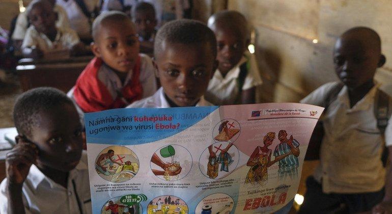Un grupo de escolares en Beni, República Democrática del Congo, aprende cómo protegerse del ébola.