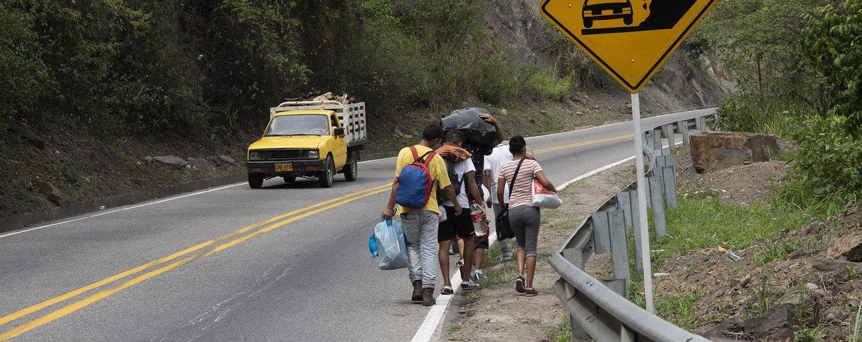 Wakimbizi kutoka Venezuela wanaolekea nchi jirani mjini  Cúcuta,Colombia wakielekea Pamplona.