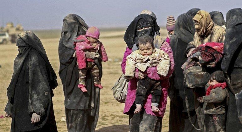 Las familias que huyen de los combates en Hajin se embarcan en un arduo viaje para ponerse a salvo en el campamento de Al-Hol, Siria.