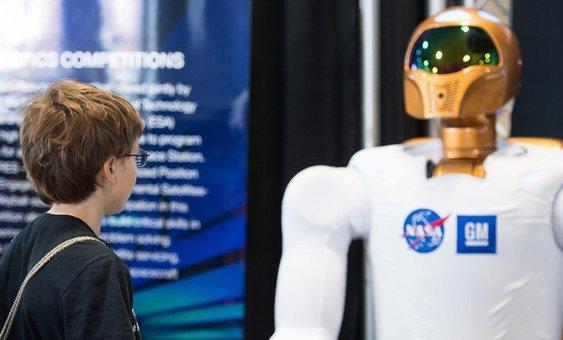 """Segundo a ONU, a IA pode IA """"pode melhorar a previsão do tempo, impulsionar o rendimento das colheitas, melhorar o diagnóstico de cancro, prever uma epidemia e melhorar a produtividade industrial."""