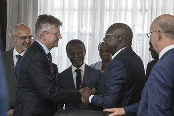 Le Premier ministre de la République centrafricaine, Mathieu Sarandji (à droite), salue Jean Pierre Lacroix, chef des opérations de maintien de la paix des Nations Unies. Parfait Onanga-Anyanga, Représentant spécial des Nations Unies pour la République centrafricaine et chef de la MINUSCA