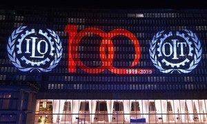 La sede de la Organización Internacional del Trabajo (OIT) se ilumina para comenzar la celebración de los cien años de la institución.