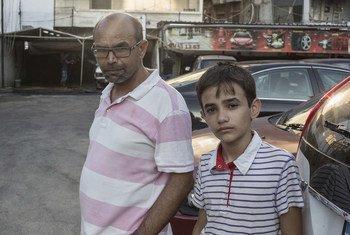 الفتى السوري زين الرافعي والذي أدى دور الشحصية الأساسية في فيلم كفر ناحوم للسينمائية اللبنانية نادين لبكي. في الصورة، زين إلى جانب والده في بيروت قبل إعادة توطينه مع أسرته في النرويج.