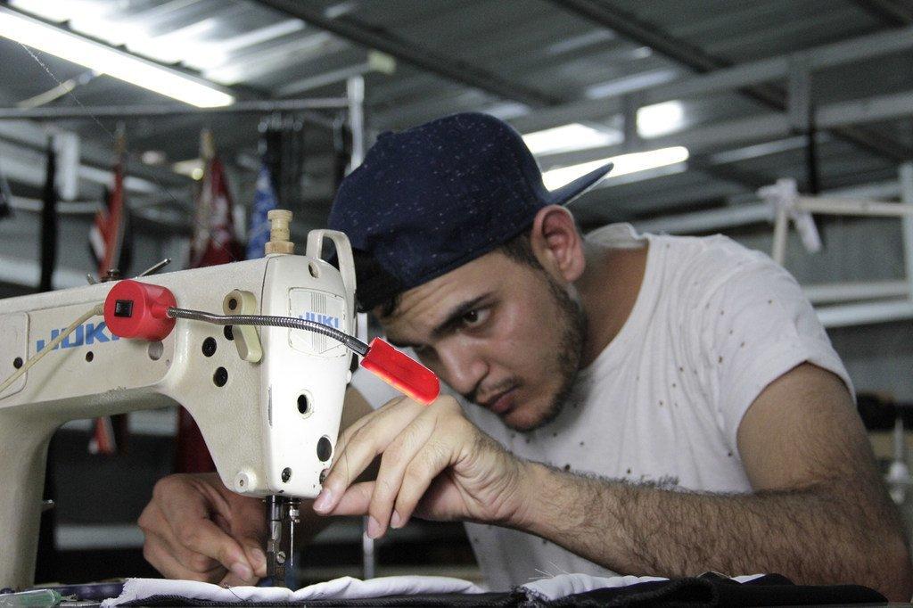 05234b9c0a7cd لاجئ أفغاني يحقق حلم الطفولة من خلال شركة أزياء إندونيسية