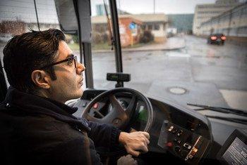 Un refugiado sirio ahora conduce autobuses en Berlín, Alemania, el país donde ha sido reasentado.