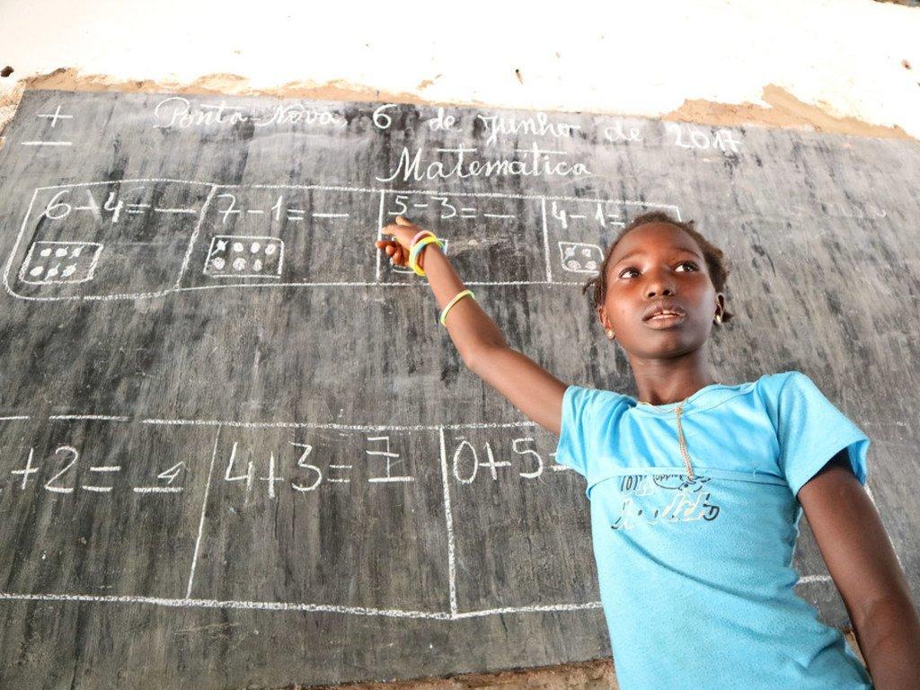 une fille agée de huit ans fréquente la deuxième année primaire dans l'école du village de Ponta Nova, en Guinée-Bissau.