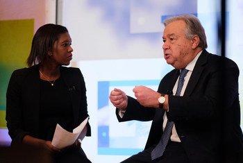 Le Secrétaire général de l'ONU, António Guterres (à droite), interviewé sur Facebook en direct par la journaliste Eshe Nelson lors du Forum économique mondial de Davos, en Suisse, le 24 janvier 2019.