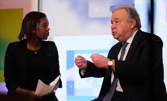 António Guterres, é entrevistado no Facebook Live pela jornalista Eshe Nelson no Fórum Económico Mundial em Davos, na Suíça, em 24 de janeiro de 2019.