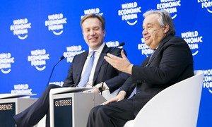 El Secretario General de las Naciones Unidas, António Guterres (dcha.), y el Presidente dell Foro Económico Mundial, Børge Brende, en Davos, Suiza, el 24 de enero de 2019.