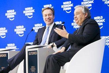 Secretário-geral das Nações Unidas António Guterres no Fórum Económico Mundial em Davos, na Suíça, ao lado do Presidente do Fórum, Børge Brende.