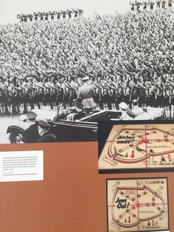 Foto de la exposición sobre el poder de la propaganda nazi realizada en las Naciones Unidas en 2017.