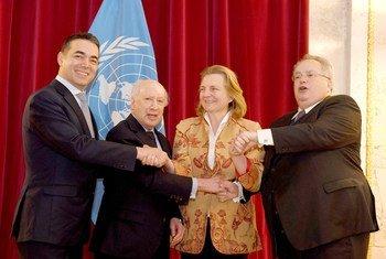 A Vienne le 30 mars 2018, la Ministre autrichienne des affaires étrangères Karien Kneissl reçoit ses homologues de l'ex-République Yougoslave de Macédoine, Nikola Dimitrov, et de Grèce, Mikos Kotzias, avec l'envoyé de l'ONU, Matthew Nimetz.