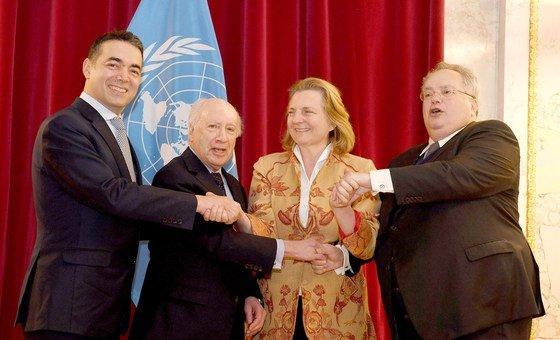 المبعوث الخاص للأمم المتحدة ماثيو نيمينتز خلال استقبال وزيرة خارجية  النمسا كارين كنايسل نظيريها من اليونان وجمهورية مقدونيا اليوغسلافية السابقة - 30 آذار/مارس 2018.