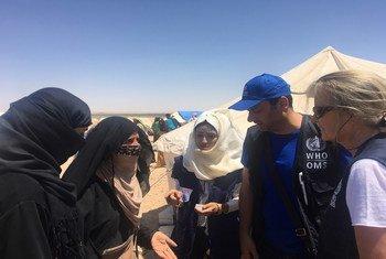 إليزابيث هوف، ممثلة منظمة الصحة العالمية في سوريا(يمين) خلال زيارة لأحد مخيمات النزوح في الحسكة.