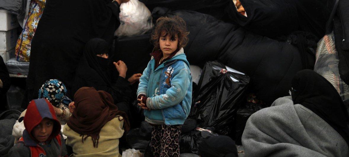 Большую часть жителей лагеря Аль-Хол в Сирии составляют женщины и дети.