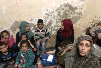 Om Ehab, à droite, avec ses soeurs et enfants dans sa maison dans un camp de réfugiés palestiniens à Gaza.