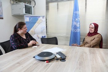 بدور أبو كويك، صحفية فلسطينية شابة أثناء حوار مع أخبار الأمم المتحدة في غزة. شاركت بدور أبو كويك في برنامج الأمم المتحدة لتدريب الصحفيين الفلسطينيين عام 2014.