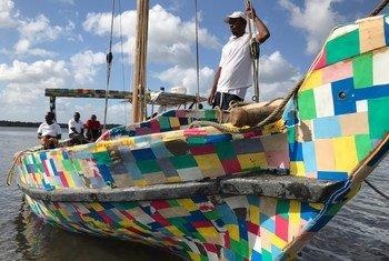 Cerca de 30 mil chinelos também foram reutilizados para fazer painéis para o casco e o convés do veleiro Flipflopi.