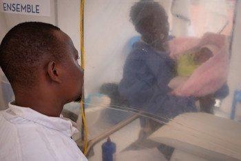Thomas Kakule Manole alinusurika kuambukizwa ebola na hapo anaangalia mwanae wa wiki moja, Benedicte, katika chumba cha kutengwa cha matibabu ya ebola Mashariki mwa Kongo, mkewe Thomas alifariki kurokana na ebola na sasa mwanae anaumwa ebola.