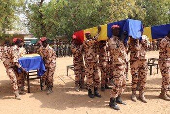 Cérémonie à N'Djamena en l'honneur des 10 soldats de la paix tchadiens tués le 20 janvier lors d'un attentat terroriste dans le nord du Mali.