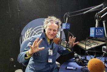 L'artiste-observateur Yann Toma dans les studio d'ONU Info.