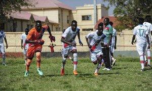 2019年,在首都朱巴的一场比赛中,南苏丹23岁以下青年足球队在激烈的争霸赛中展开了争夺,同时也与球迷分享了和平与团结的信息。
