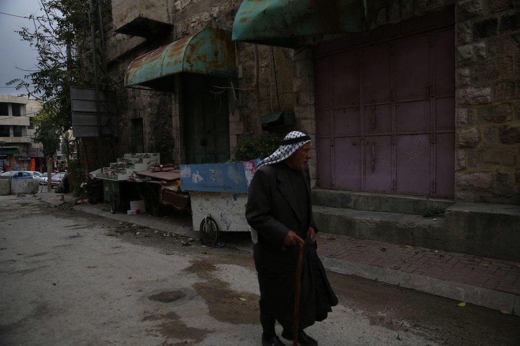 一名巴勒斯坦平民走在约旦河西岸的希伯恩地区。