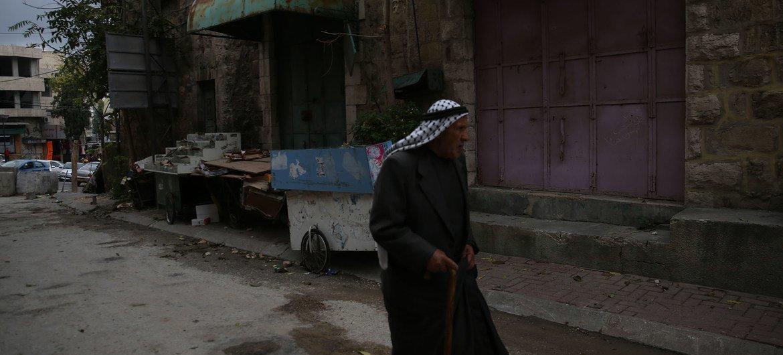 Un palestino en una calle de Hebrón, en Cisjordania.