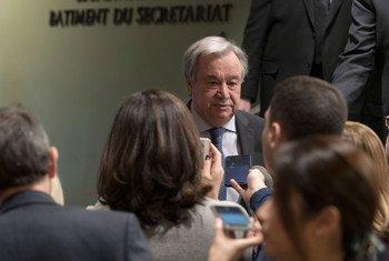 Le Secrétaire général de l'ONU, António Guterres, répond à des questions de journalistes au siège de l'ONU.