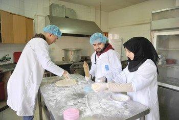 من أجل تمكين الشباب والأشخاص ذوي الإعاقة في قطاع غزة، يتعاون برنامج الأمم المتحدة الإنمائي مع الوكالة السويسرية للتنمية والتعاون من أجل خلق فرص عمل وتدريب لـ 596 شابا وشابة.
