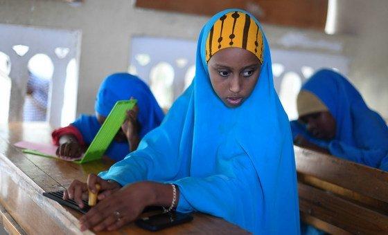 Estudantes da escola Al-Noor em Hodan, na Somália, aprender a escrever braille